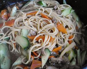 лапша с овощами и мясом