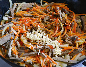 печень и овощи на сковороде