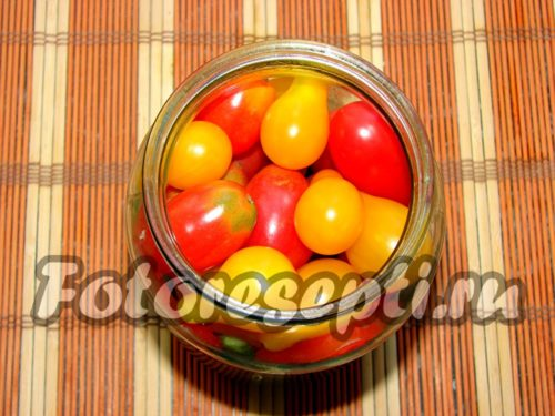 заполнить банку помидорами черри