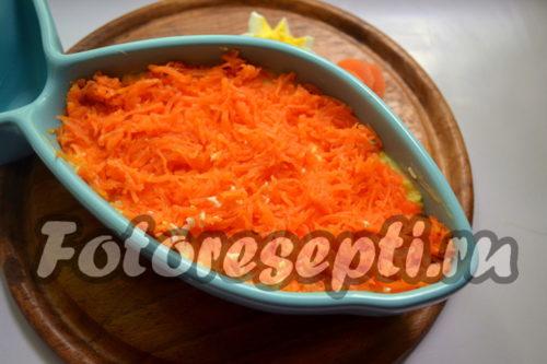 Выложить слой моркови