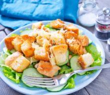 """Салат """"Цезарь"""" с курицей: классический простой рецепт в домашних условиях"""