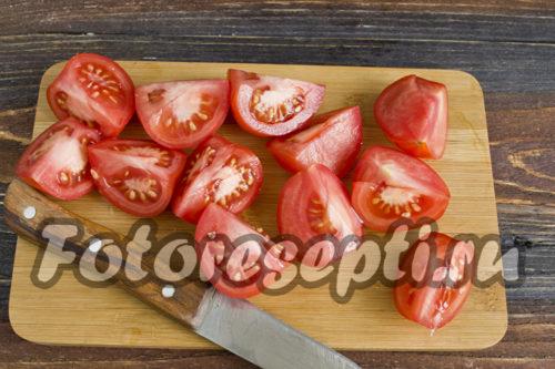 нарезать мелкие томаты