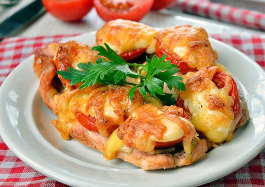 Отбивная из индейки с помидорами и сыром в духовке