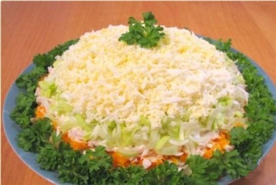 Салат слоеный с курицей и грибами с