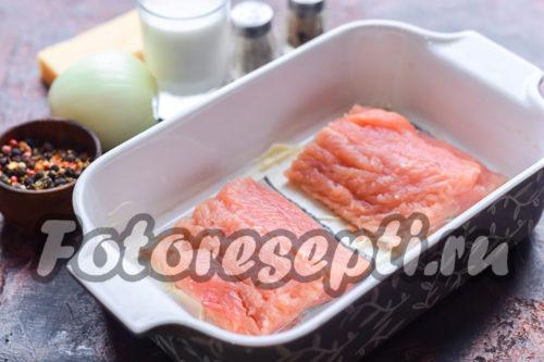 укладываем рыбу в форму для запекания