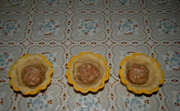 Делим массу из картофеля на три части, скатываем шарики