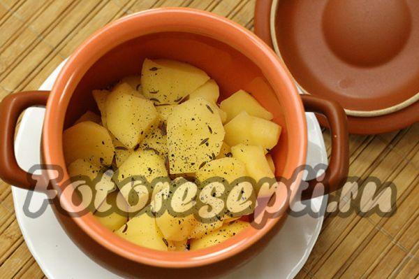 В каждый горшочек кладем картофель