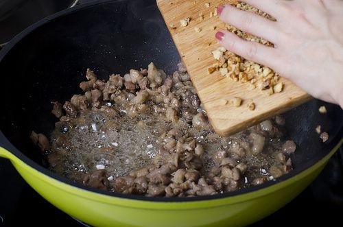 Обжариваем мясо и орехи