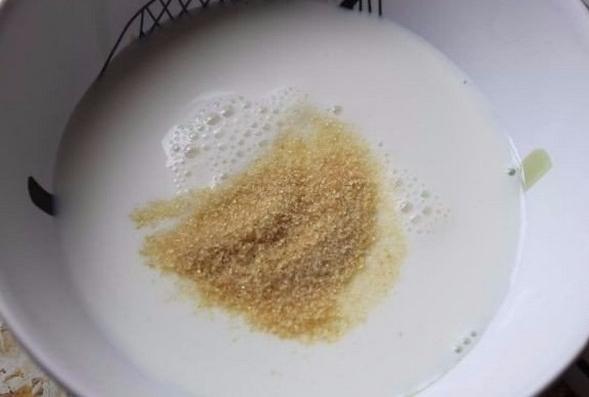 В сотейник выливаем молочный напиток с желатином