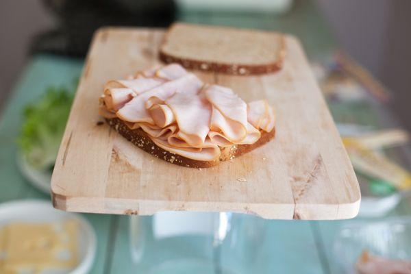 На один хлебный ломтик выкладываем колбасу