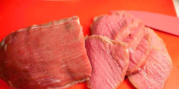 Мясо нарезаем ломтиками, отбиваем