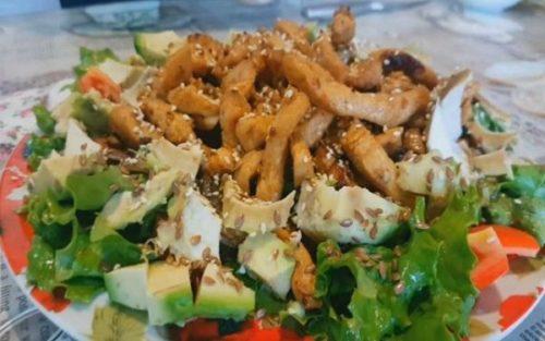 Теплый салат с авокадо, грибами и курицей