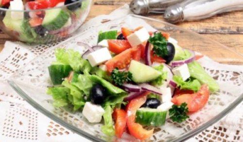 Аппетитный греческий салат – нотка свежести на праздничном столе: