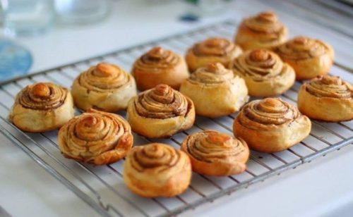 Французские булочки с корицей из слоеного теста