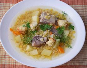 гороховый суп на тарелке