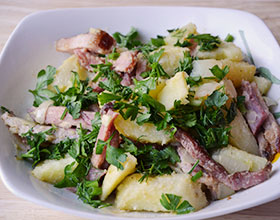 картофель, бекон, зелень