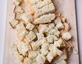 нарезанный хлеб на сухари