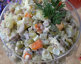 смешиваем салат оливье