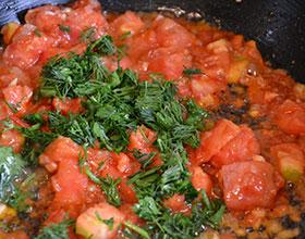 зелень и помидоры на сковороде