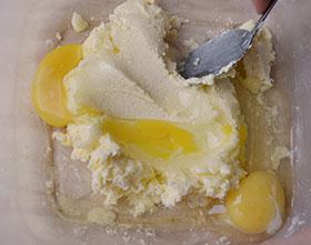 масло с сахаром и яйцами