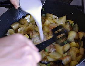 добавляем крахмал в овощи