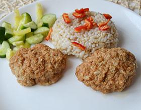 котлеты с рисом и салатом