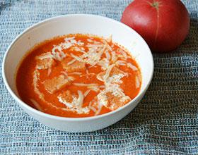 томатный суп с сыром и сухарями