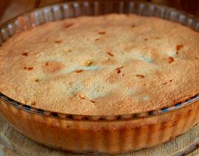 вкусный пирог со сливами, яблоками и вишней, фото