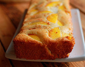 готовый пирог с персиками, фото