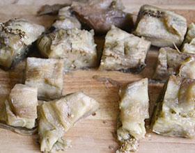 режем печеные баклажаны