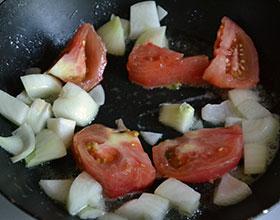 лук и помидоры в сковороде