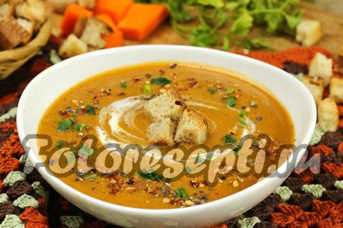 Готовый суп-пюре из тыквы с грибами и сливками