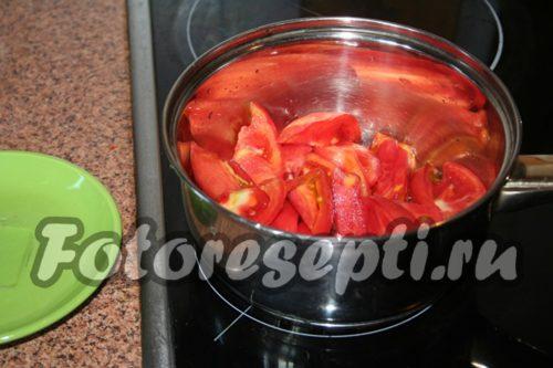 Прогреть нарезанные помидоры