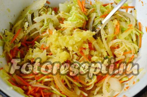 Перемешать овощи со специями