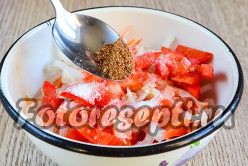 Добавить к овощам приправу для корейской моркови