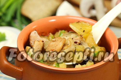 Жаркое из курицы, картошки и грибов в горшочке , рецепт