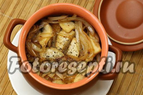 выложить лук и грибы в горшочек