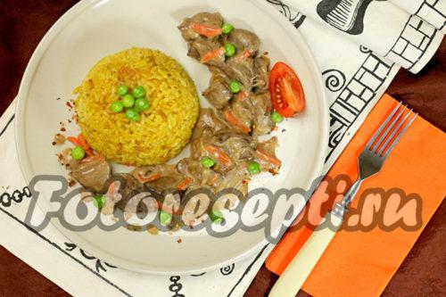 Куриная печень с овощами в сметанном соусе