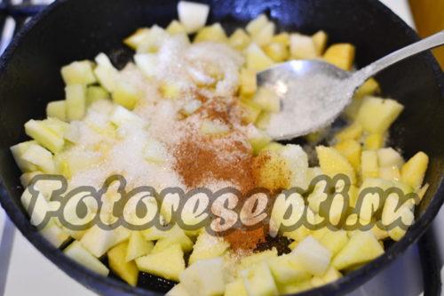 выложить яблоки на сковороду