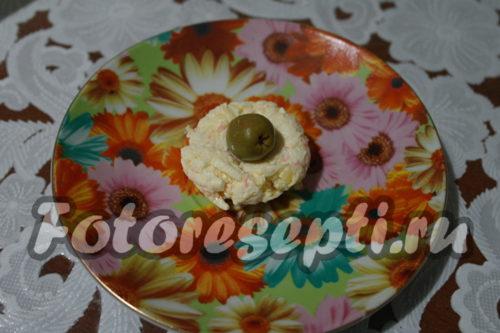 скатать шарик с оливкой внутри