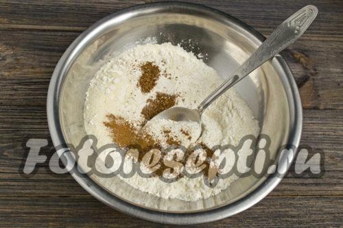 соединить манку с мукой и содой