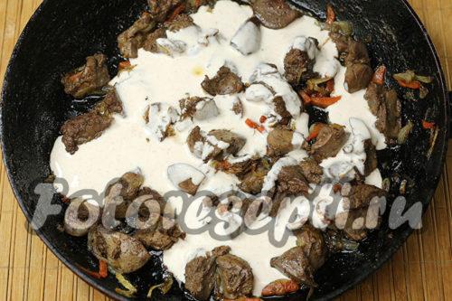 влить сметанный соус к печенке