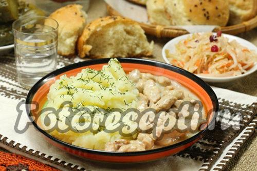 Бефстроганов из свинины в сметанно-луковом соусе