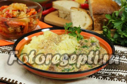 Куриная печенка с грибами в сырно-сметанном соусе