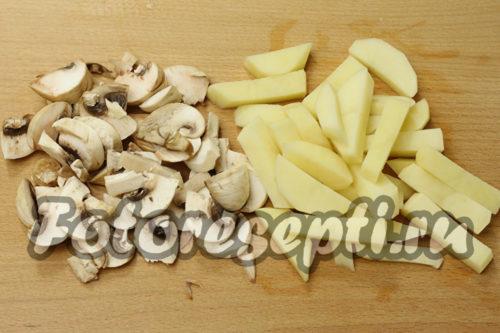 нарезать картофель и грибы