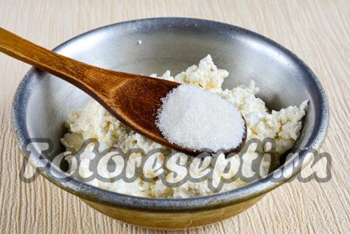 добавить сахар к творогу