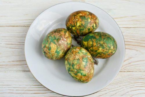 Мраморные яйца в луковой шелухе и зеленке, фото