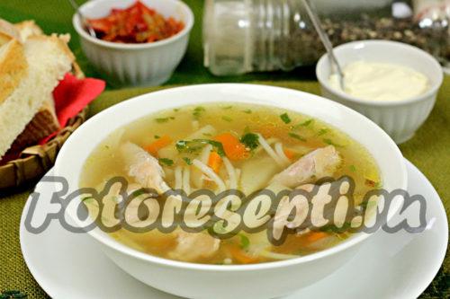 готовый суп с курицей, вермишелью и картошкой
