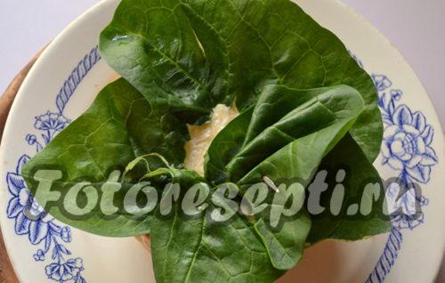 верх салата прикрыть шпинатом
