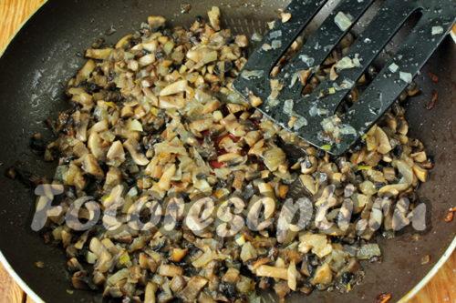 обжарить лук с грибами